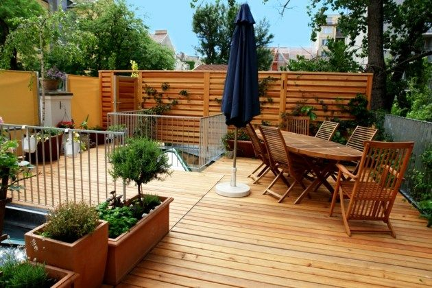 terrasse-bois-meubles-cloture-plantoirs-salon-de-jardin