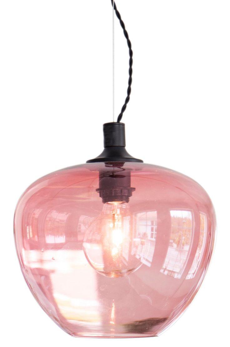 Taklampa Bellissimo i färgat glas. Svart tvinnad textilkabel, svart takkåpa i metall. Höjd 25 cm, Ø28 cm, E27 lamphållare, max 60W. Ljuskälla ingår ej.