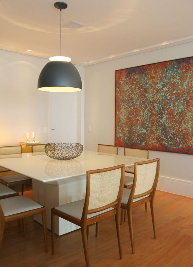 Mesa de jantar quadrada em laca branca e cadeiras em madeira. Combinação perfeita!