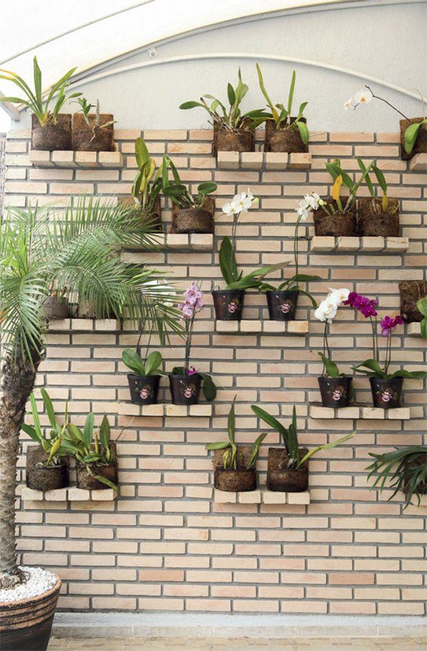 """Na varanda do apartamento, o jardim vertical é composto de lajotas palha. """"Busquei contraste com as cores das plantas que apoiaria nas prateleiras, cada uma formada por quatro tijolinhos"""", conta a designer de interiores paulista Cecilia Cruz. Cortadas ao meio, as peças para revestimento, de 23 x 11,5 x 5,1 cm, ficaram com 5,5 cm de espessura e deixam ver o rejunte frisado."""