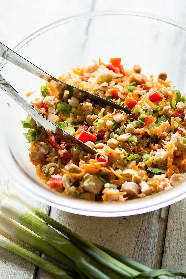 Deze Oosterse rijstsalade met gerookte kip en pindasaus is een heerlijk snel gerecht vol knapperige groenten. En zeg nou zelf.. pindasaus maakt alles lekkerder!