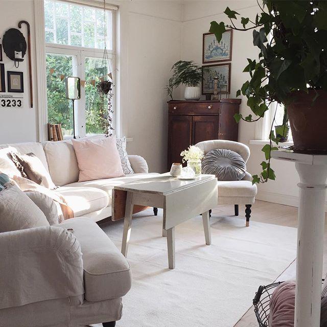 - s u n l i g h t - Godermorgon hörrni, lova mig att ni försöker njuta av dagen! God morning friends, promise me that you will try to enjoy this day! _________________________________ #vardagsrum #livingroom #soffa #sofa #ikea #fåtölj #åhlens #kuddar #pillows #bettys #hmhome #loppis #vintage #vintagestyle #interior #sweden