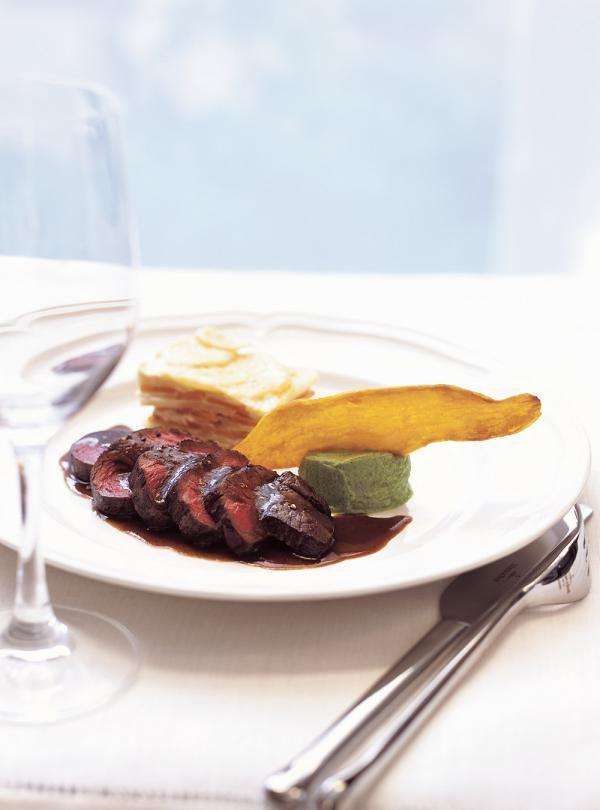 Recette de Ricardo de steaks de cerf sauce grand veneur. Ces steaks de cerfs font un excellent repas pour les amateurs de gros gibiers.
