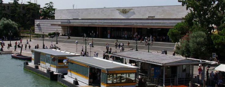 Velencébe érve a Canalazzo bal partján találhatjuk a pályaudvart, a Stazione Ferroviaria Santa Lucia-t. A régebbi vasútállomást 1954-ben újjáépítették, amely napjaink egyik legízlésesebb modern pályaudvaraként ismernek. www.velenceikarneval.hu