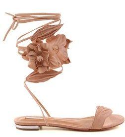 Muito delicada e a cara da coleção Tecno Romance, essa sandália traz todas as referências para montar o look perfeito. Tem um jeitinho todo feminino com o tom bege junto de tiras florais que podem se