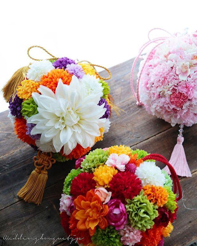 . . #和装花嫁 のための、ブーケもたくさんお作りしてます⭐️ . 今、アトリエで製作中の3作品 、 大きな白いダリア 、 桜とピンポンマム オレンジのダリア と、それぞに花嫁様のお着物に合わせて オリジナルでお作りしてます 、 下に下がる房飾りも 金糸、赤、スワロフスキービーズのついたピンク と、それぞれ違います。 、 組み合わせは、無限大です(*^^*) 、 ご希望に合わせて、提案させていただきますので、なんでもご相談ください 、 今日はアトリエお休み 秋の京都に行ってきます 、 、 #ウェディングブーケ #ウエディングブーケ #和装ブーケ #weddingbouquet  #wedding #japanesewedding  #前撮り #ロケーションフォト #京都