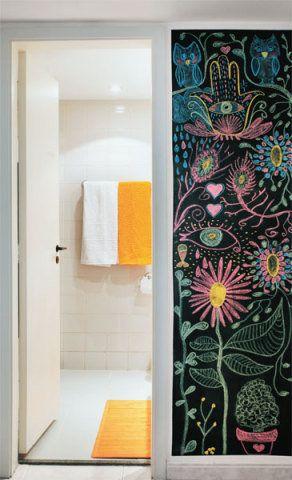 Do lado de fora do banheiro, no corredor, a superfície recebeu tinta Verde Escolar (Coral), que dá a impressão de um quadro-negro. Desenhos e recados riscados com giz acrescentam descontração ao ambiente.