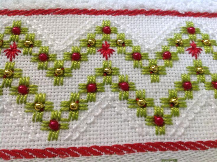 Pano de copa Dohler ,algodão , bordado a mão com linha de primeira linha. Acabamento em renda de algodão ,, combinando com o bordado. Embalagem de tule acompanha o produto.