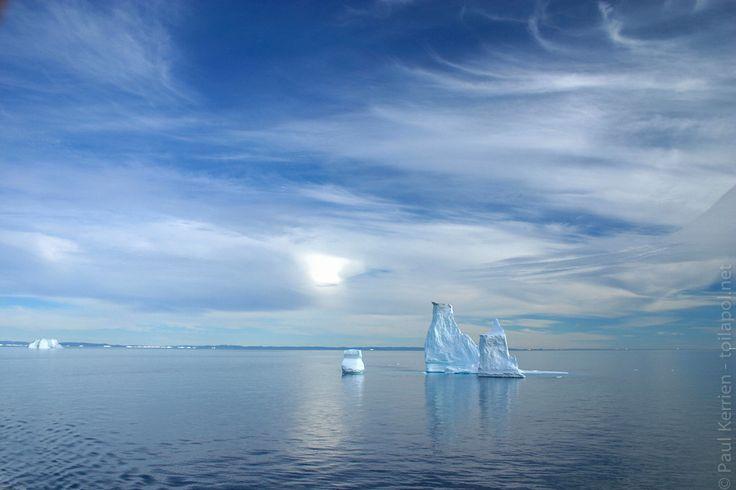 Hurtigruten Groenland 11 août : escale à Qeqertarsuaq, sur l'île de Disko | en route en longeant  vers l'est la côte sud de l'île de Disko  - belle lumière sur icebergs  - 11 août 2007   à  17H21 © Paul Kerrien https://hurtigruten.en-photo.fr