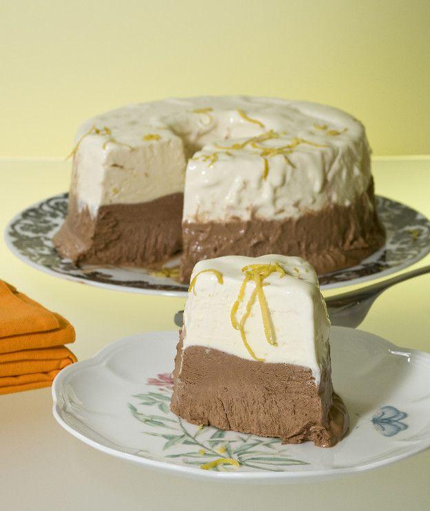 Μια παγωμένη τούρτα με στρώσεις από παρφέ σοκολάτα και λεμόνι. Δύο γεύσεις, διπλή απόλαυση!