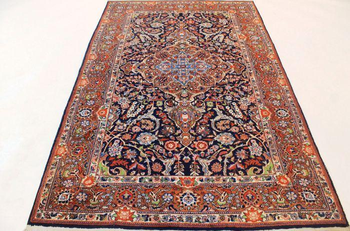 In de aanbieding is een met de hand geknoopt Perzisch tapijt oriënteren; deze tapijten zijn vervaardigd in de bekende knopen gebieden.    Neem eens een kijkje op het tapijt met geduld en aandacht. Elk kleed met de hand gemaakt heeft zijn eigen patroon, schoonheid en kleur harmonie, uniek en daarom een stuk van de kunst op zich.  Provincie Paki Qum Made in Pakistan Highland wol, rond 1980/1990 Ca. 350.000 knopen per vierkante meter De deken heeft de afmetingen 145 x 225 cm Veilingsaantal…