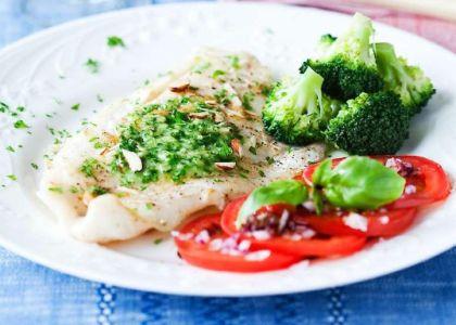 Vit fisk innehåller inte så mycket omega-3 som feta fiskar, men är en utmärkt mager proteinkälla. Det låga fettinnehållet gör att du kan höja smaken med goda såser eller andra tillbehör.