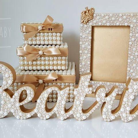 Olha que lindo o kit dourado da princesa Beatriz! Caixas peroladas, porta retrato 10x15, e nome de mesa!  Faça seu orçamento e encomende conosco, temos ofertas incríveis esperando por você!  (33) 99145-5830 ou Direct  Enviamos para todo Brasil   #PortaRetrato #Quadro #Moldura #Quadrinho #Presente #Decoração #BabyRoom #QuartoDeBebê #QuartoDeMenina #QuartoDeMenino #MãeDeMenina #MãeDeMenino #LetrasPeroladas #LetraDecorada #LetraPersonalizada #InicialDoNome #Pérolas #QuartinhoDeBebe #Cantinho...