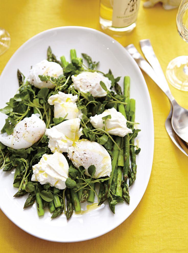 Recette de Ricardo de salade d'asperges aux oeufs pochés et à la burrata