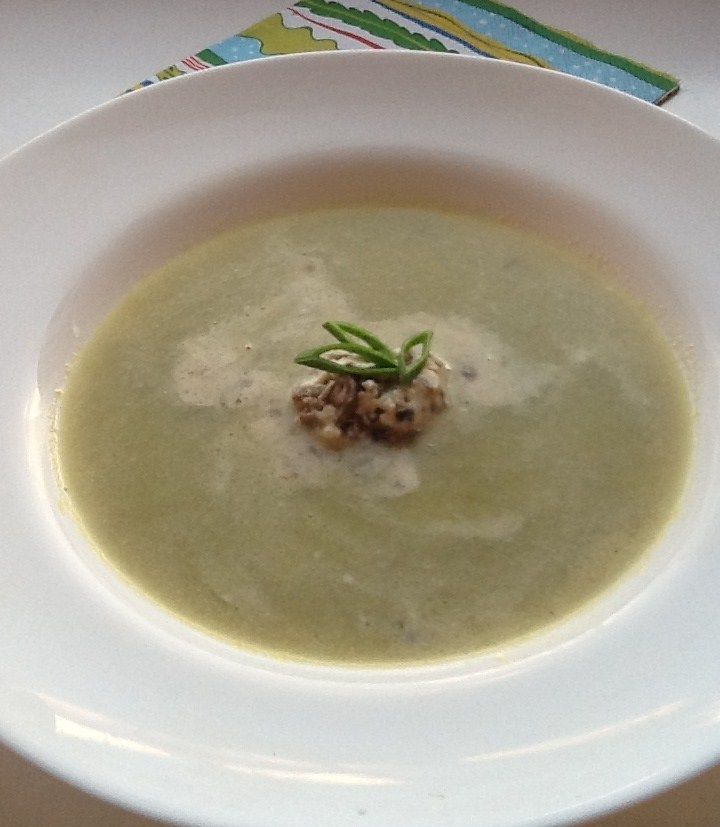 Крем-суп из спаржи со сливочно-трюфельной заправкой
