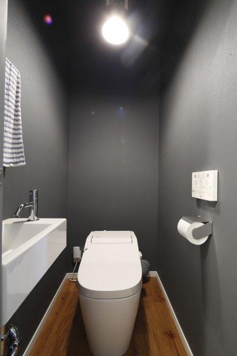 トイレの壁はグレーに塗装。床は木目調のフロアタイル。