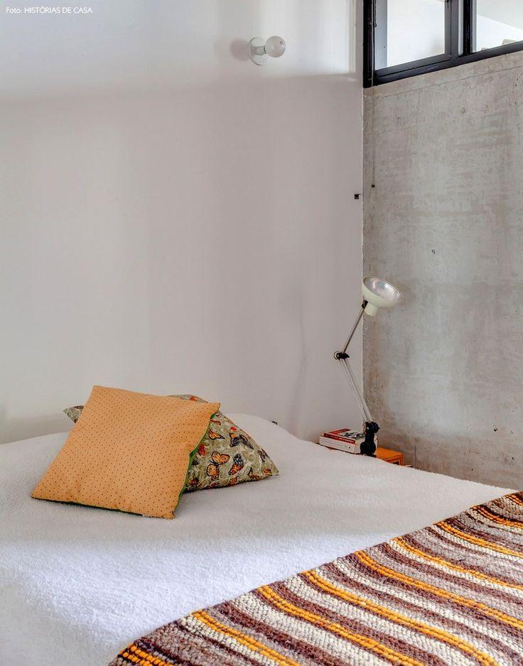 Бетонная стена в спальне и высокие окна. .