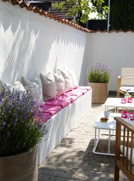 Loving the hot pink in this white walled patio. I want it now!