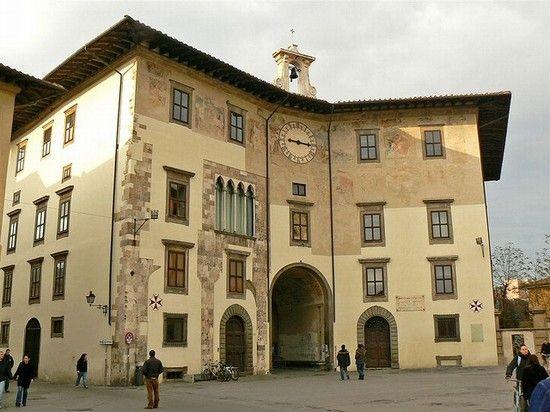 Palazzo dell'Orologio, acquistato dalla Scuola Normale Superiore nel 1968 e ristrutturato negli anni '70, dal 1982 è la sede principale della Biblioteca della Scuola.