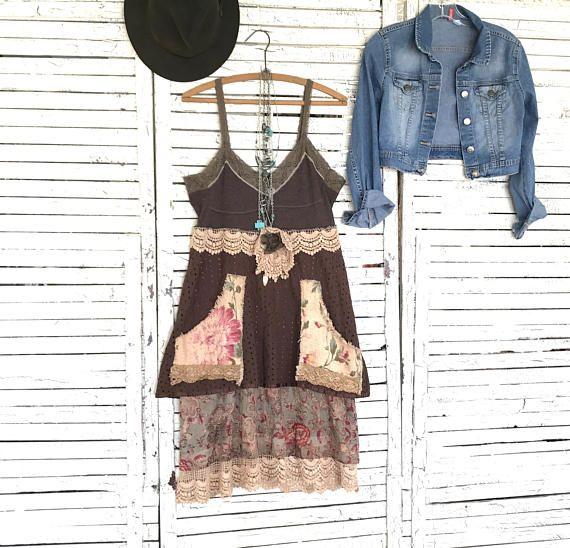 Dieses Stück ist Teil meiner Prairie Chic Sammlung... Westlichen Inspired Kleidung in meet Frontier Days Hippie Style... viel Denim, Spitzen, Rüschen und Flanell mit diesem Mal getragen aussehen...  Hemd-Kleid oder Top in braun mit Floral druckt in rosa... mit Schnürsenkeln und Vintage Stoffen Hand gefärbt, um einen antiqued zu beenden...  Würde... wie ein Kleid auf Ihrem eigenen groß sein oder ein langes Top mit Jeans oder Leggings... vielleicht hinzufügen, Stiefel und einen Stetson... Sie…