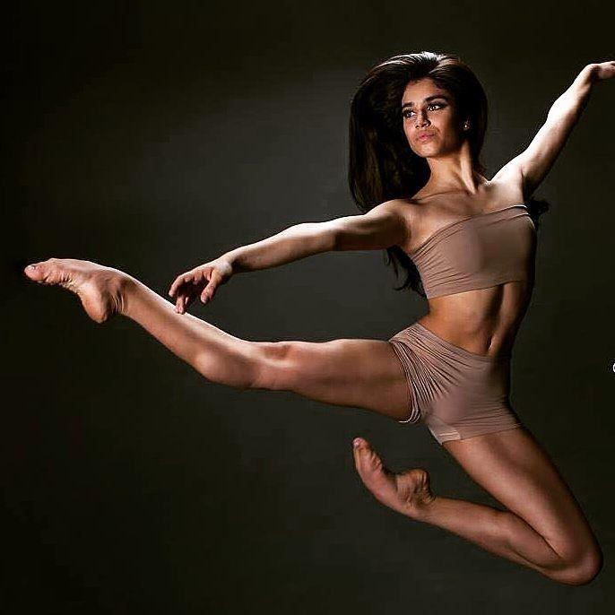 @tippytoe_janey Dancer: @barbaraapereiraa Photo: @fernandoqbarros.photography https://www.instagram.com/p/BY4kmLbABNe/?taken-by=tippytoe_janey