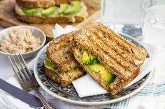 Recept voor tuna melt voor 4 personen. Met zout, peper, tonijn uit blik, brood, kaas, avocado, mosterd en mayonaise