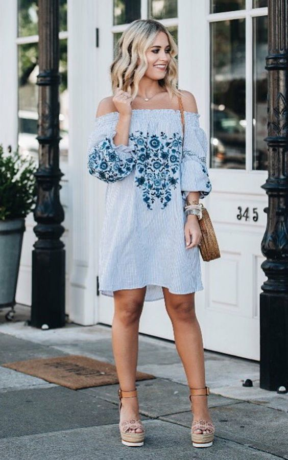 10 maneiras de usar sandália plataforma. Vestido azul com estampa floral e  listras f9d3be5dae299
