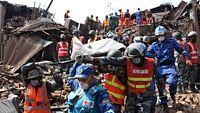 Záchranáři v nepálském Bhaktapúru odnášejí oběti