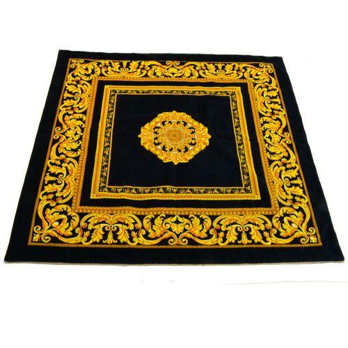 Questo tappeto è in velluto nero e ha un disegno meraviglioso e splendente , due cornici di foglie d'acanto che  si racchiudono intorno ad uno stemma centrale caleidoscopio di oro scuro e chiaro.Si può anche utilizzare come arazzo.Contattaci ti spegheremo come