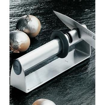 This innovative and knife sharpener with its two separate sharpening modules sharpens knives simply, safely and effectively. It is easy to use because, in contrast to the sharpening steel, the angle is pre-set. Thus it is nearly impossible to use this sharpener the wrong way.