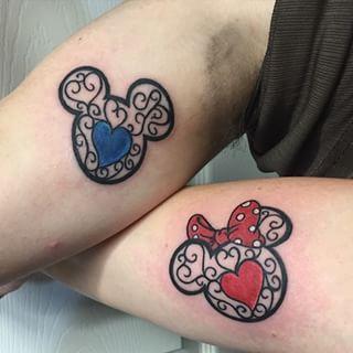 Y estas marcas ornamentadas:   21 Adorables tatuajes de pareja inspirados en Disney