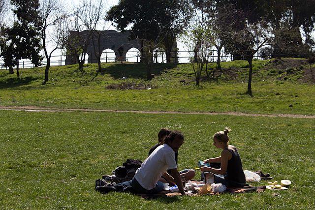 Un picnic con un acueducto de fondo, ¿por qué no? Estamos en Roma...