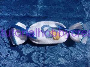 Tutorial per realizzare un sacchettino caramella in tela aida - Tutorial per realizzare un sacchettino portaconfetti in tela aida a forma di caramella ideali per nascite e battesimi Materiale occorrente : - Tela aida -