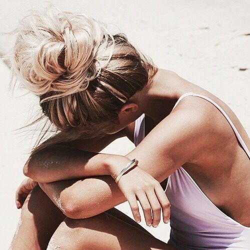 Découvrez nos inspirations coiffures pour être au top à la plage. Focus : Un chignon désordonné