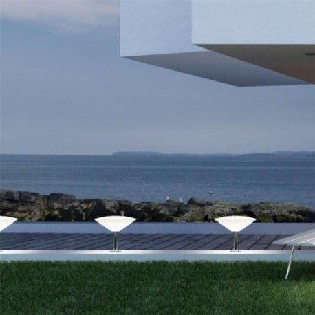 Baliza Rimbo con certifficación IP65 para protegerlo contra el polvo y el agua. Ideal para iluminar jardines, caminos...y otorgarles un estilo moderno y actual. Está fabricado en acero inoxidable y la pantalla de polietileno en color blanco.