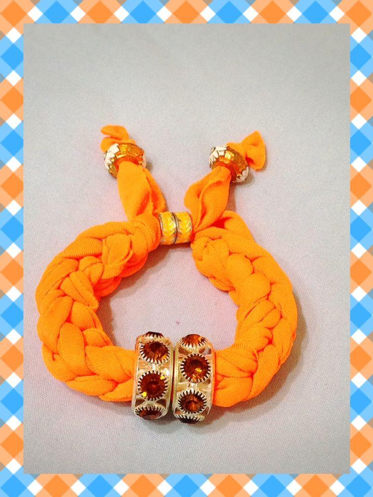 Bracciale arancio fluo realizzato con tecnica ad intreccio. Sono disponibili di vari colori anche su ordinazione. Contattatemi!!  email:butterflydilaura@gmail.com