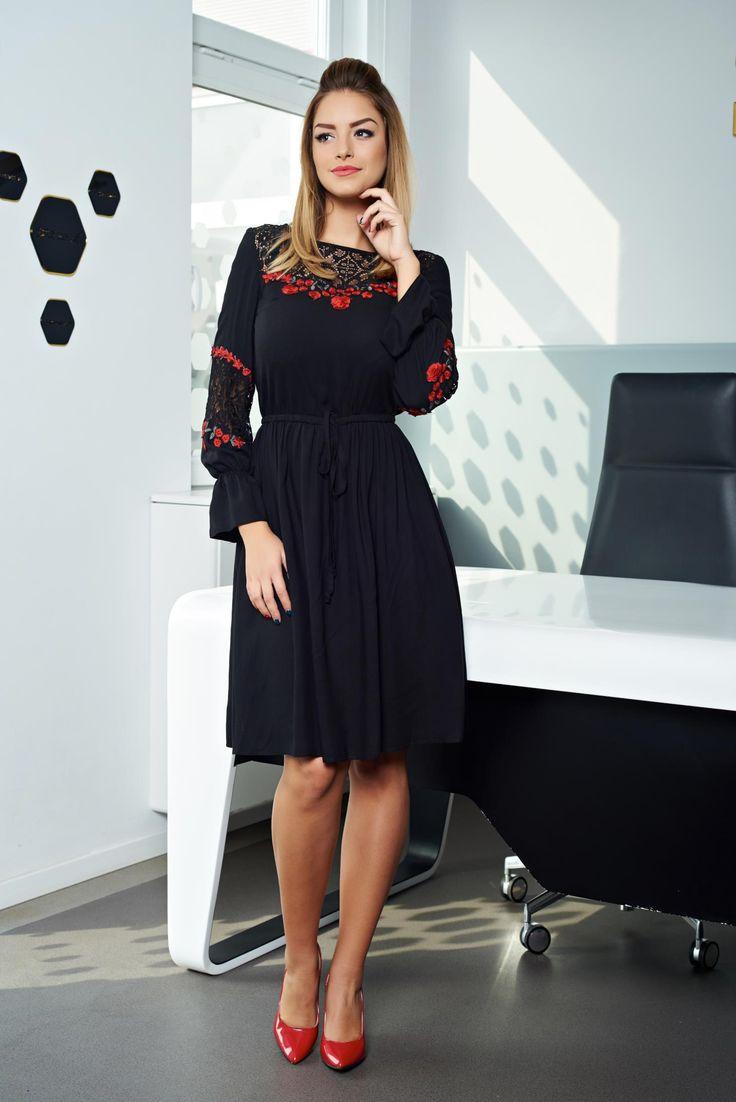 Rochie LaDonna One Inspiration Black. Rochie lejera pana la genunchi, cu elastic si snur in talie. Are aplicatii de broderie handmade la baza gatului, iar manecile sunt prinse in elastic. Poart-o la birou si vei avea o tinuta office-chic!