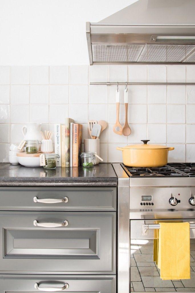 Keuken industrieel met hout en gele accessoires