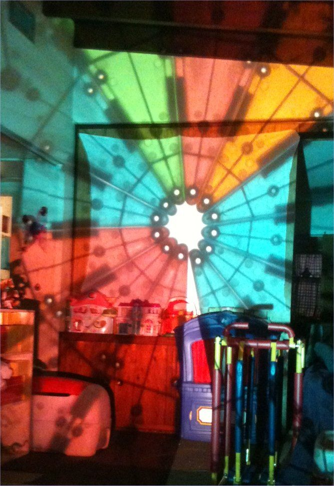 Overhead Projector Fun ≈ ≈ For more inspiring pins: http://pinterest.com/kinderooacademy/light-shadow-play/