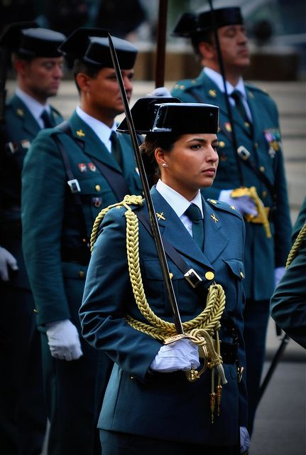 http://www.pinterest.com/barrosoprez/guardia-civil-polic%C3%ADa/ Oficial Guardia Civil España. Día de la Hispanidad