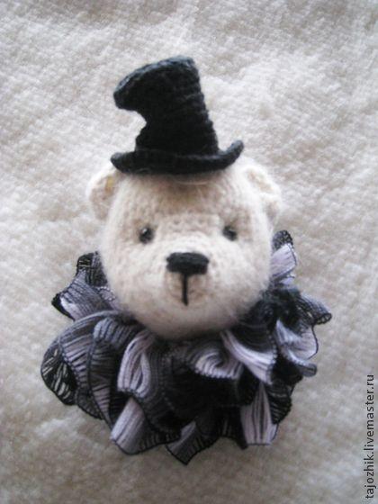 Брошки-мишки. Брошки-мишки.  Идея такой брошки пришла мне в голову вместе с новым свитером и одновременным заболеванием 'медвежьей болезнью'.  Это совсем не страшно и уж совсем не связано с расстройством пищеварения.