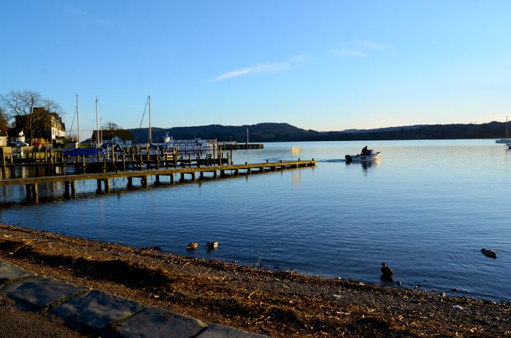 Boat leaving the pier at Waterhead