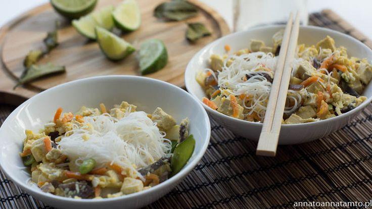 Makaron ryżowy gotujemy w wodzie przyprawianej sosem rybnym, listkami kaffiru oraz sokiem z połowy limonki .W woku na oleju kokosowym smażymy drobno pokrojone tofu, potem warzywa  oraz pokrojony drobno czosnek, na koniec dodajemy jajka i mieszamy wraz z makaronem. Niewątpliwie smaku tej potrawie nadaje makaron ugotowany w wodzie z limonką i sosem rybnym. Łagodny orientalny smak  Do tego koktajl z mango i liczi, naprawdę …niebo w gębie :) Smacznego