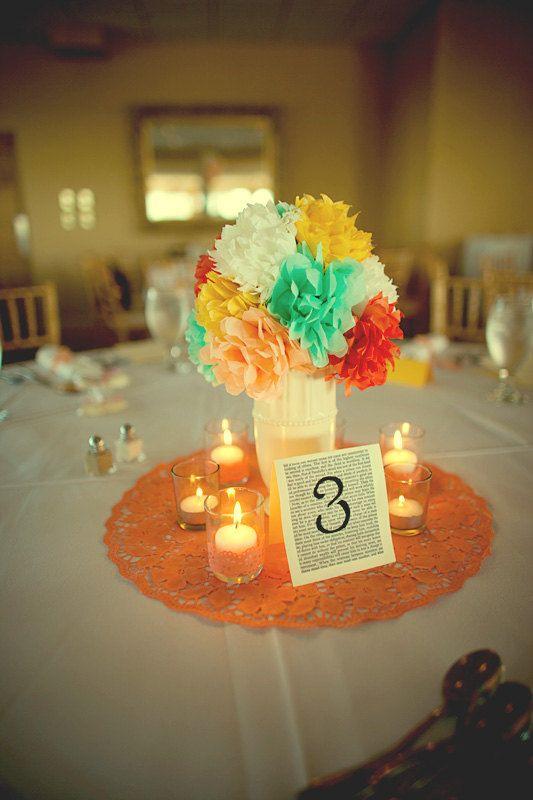 Flores hechas con pompones de papel. Unos centros de c¡mesa originales para tu boda.