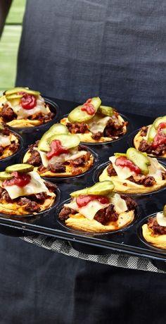 Burger sind von unserem Speiseplan nicht mehr wegzudenken. Probieren Sie diese niedlichen Mini-Muffin-Cheeseburger nach unserem REWE Rezept. Der Snack to go! »  https://www.rewe.de/rezepte/mini-muffin-cheeseburger/