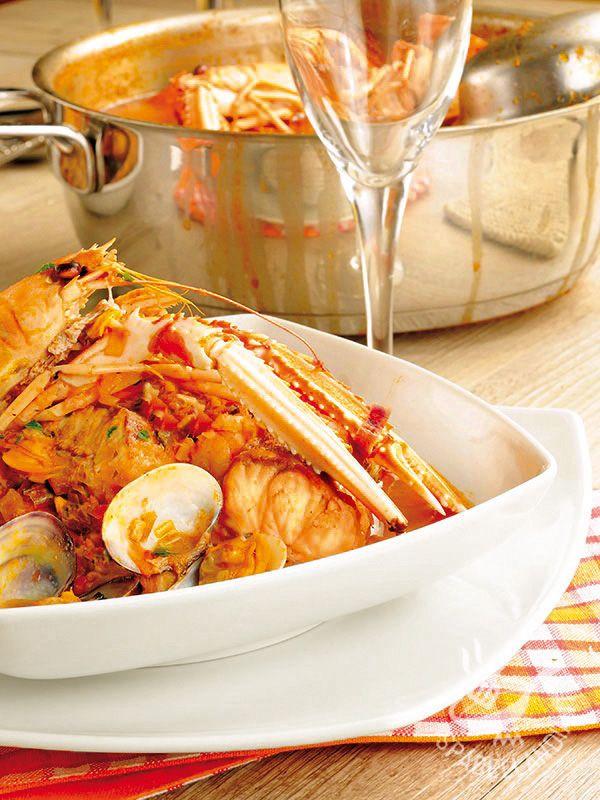 Se avete voglia di portare il mare a tavola, provate la ricetta del Pesce spada con scampi e vongole al pomodoro: un mix di pesce saporitissimo!