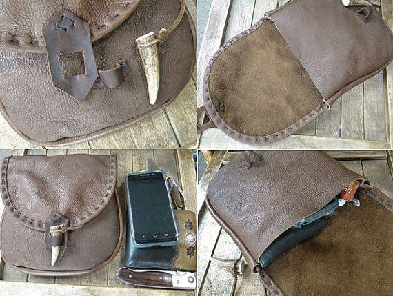 Pronti a nave.  Sacchetti di cintura stile medievale, fatto a mano con lalta qualità vacchetta - robusto, ma flessibile e morbido al tatto. Chiusure sono sicure con Cervi genuini antler punti, mano cucita trim sulla patta. Buone dimensioni in grado di contenere comodamente il telefono cellulare, portafoglio, chiavi e molto altro! Passanti si adattano fino a una cintura larga di 3.  >> Misure: 6 3/4 x 7 1/2 alto (3/4 tassello profondo) larga.  >> Ogni suggerimento del antler dei cervi è…
