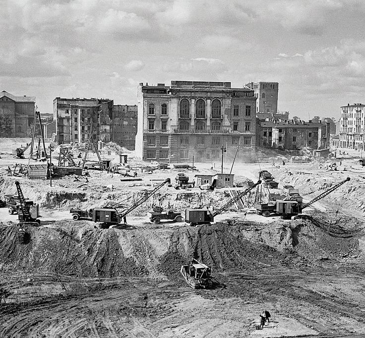 """Likwidacja materialnego dziedzictwa XIX-wiecznej Likwidacja materialnego dziedzictwa XIX-wiecznej Warszawy """"Rozbiórki uzasadniano względami technicznymi, przekonując, że spalone domy zagrażają bezpieczeństwu i nie da się ich odbudować. Dostępne dziś archiwalia Biura Odbudowy Stolicy dowodzą jasno, że w wielu przypadkach nie była to konieczność, lecz cel ideologiczny. Piętnując 'ohydę' ozdobnej eklektycznej i secesyjnej architektury, władze dążyły do likwidacji materialnego dziedzictwa…"""