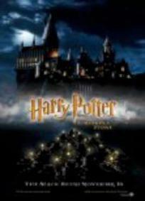 Harry Potter e a Pedra Filosofal - Harry Potter (Daniel Radcliff) é um garoto órfão de 10 anos que vive infeliz com seus tios, os Dursley. Até que, repentinamente, ele recebe uma carta contendo um convite para ingressar em Hogwarts, uma famosa escola especializada em formar jovens bruxos. Inicialmente Harry é impedido de ler a carta por seu tio Válter (Richard Griffiths), mas logo ele recebe a visita de Hagrid (Robbie Coltrane), o guarda-caça de Hogwarts, que chega em sua casa para levá-lo…