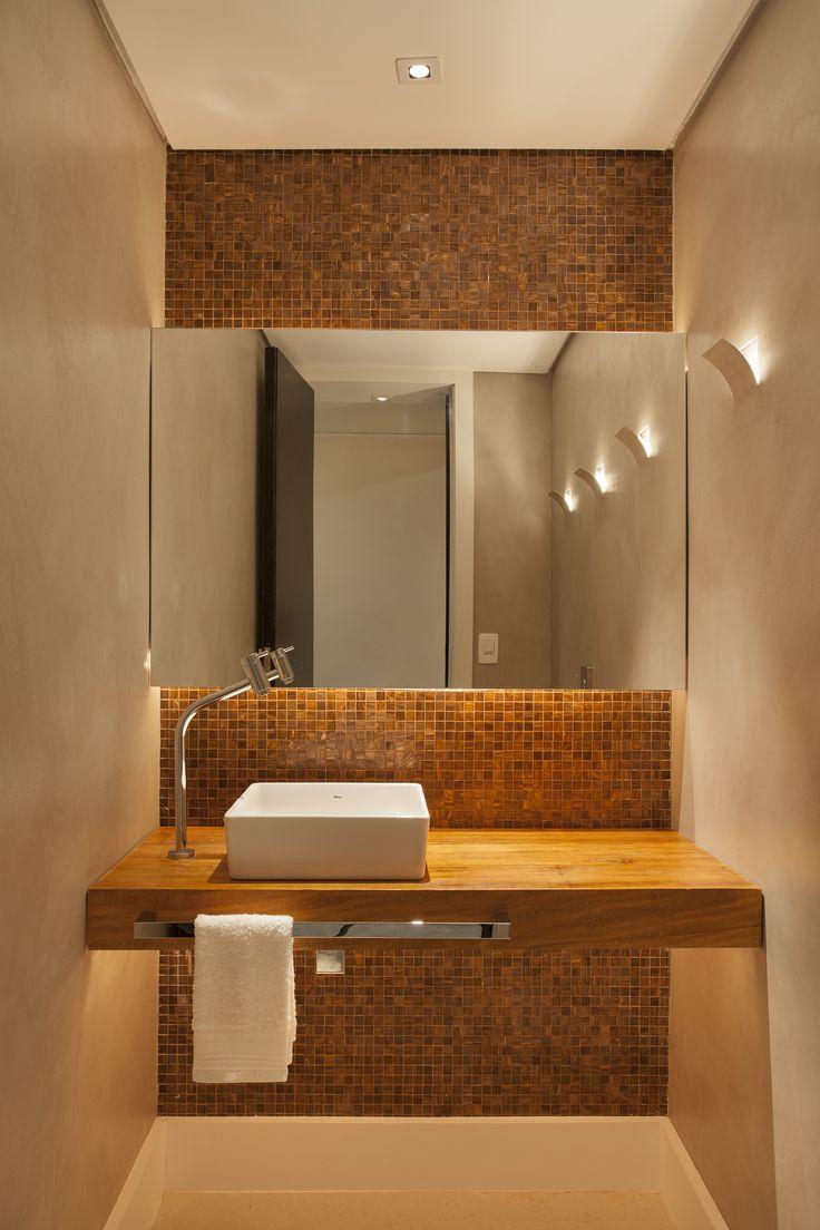 Banheiro em Escritorio de arquitetura em Ipanema, Rio de Janeiro em tecnocimento com marmore travertino e bancada de peroba rosa de demolição www.tripperarquitetura.com.br